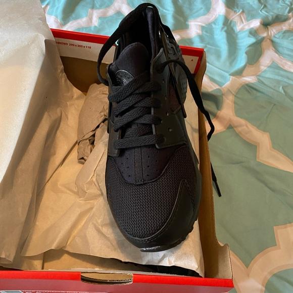 NWOT black Huaraches by Nike